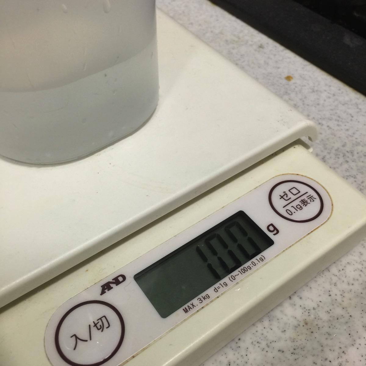 100ccの水に先ほどの洗浄液を入れて、万年筆の先の部品を突っ込んで一昼夜とのこと。